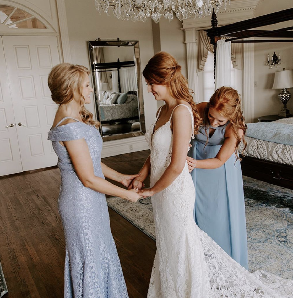 10 Behind the Scenes Wedding Moments to Capture